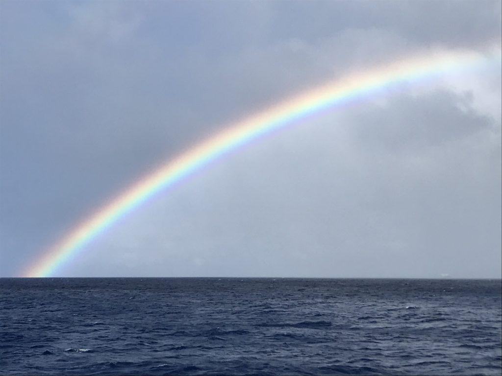 本当はきれいに180°の虹の形。でかすぎて写真に収まらず。