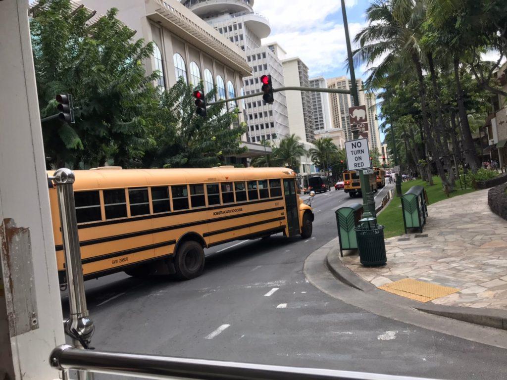 カラカウワ通りスクールバス